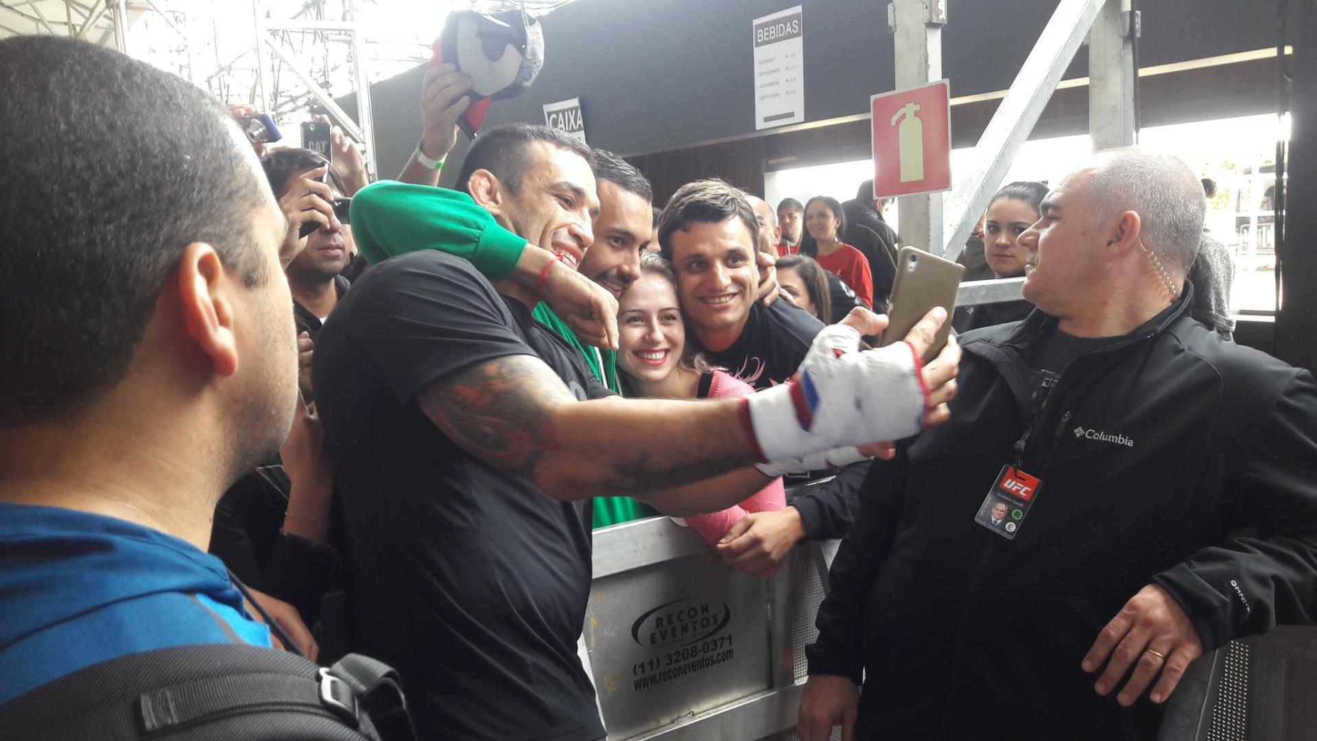 Fabrício Werdum atende fãs no treino livre do UFC 198, em Curitiba