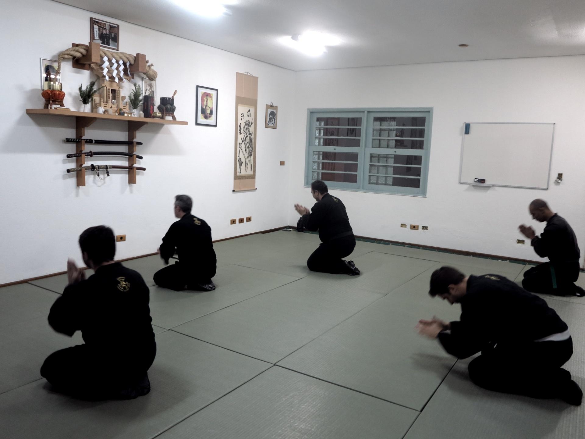 Ninjas fazem reverência antes de treino em São Paulo