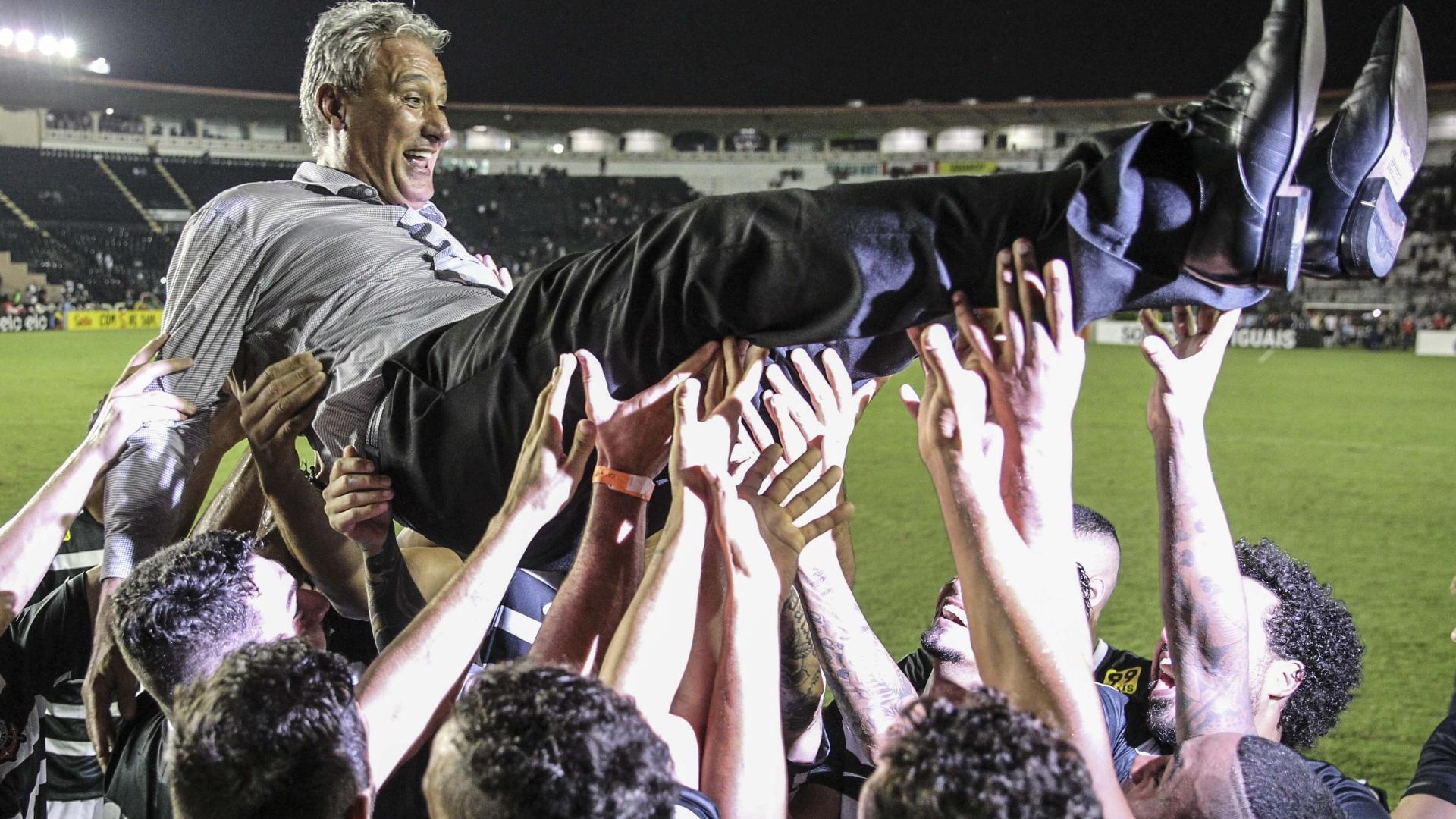 Jogadores jogam Tite para o alto após garantirem o título do Campeonato Brasileiro