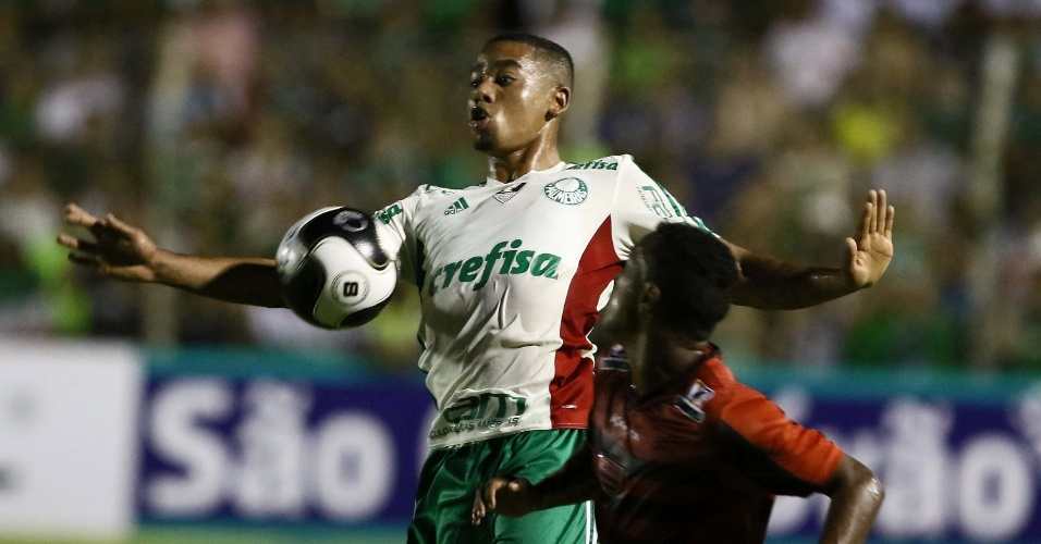 Gabriel Jesus disputa bola pelo Palmeiras contra o Oeste