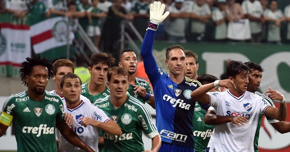 Fernando Prass orienta jogadores de sua defesa na partida do Palmeiras contra o Nacional, na Libertadores