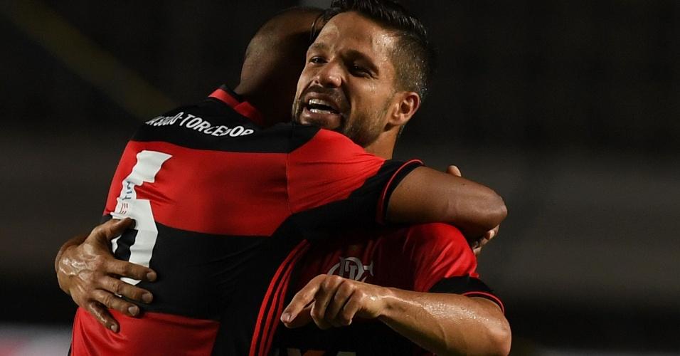 Jorge comemora com Diego gol do Flamengo contra o Figueirense