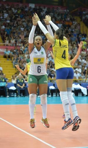 18.jul.2015 - Líbero Sassá e central Carol comemoram num jogo em que o Brasil venceu a Itália, em Catania, na última partida antes da fase final do Grand Prix de vôlei feminino