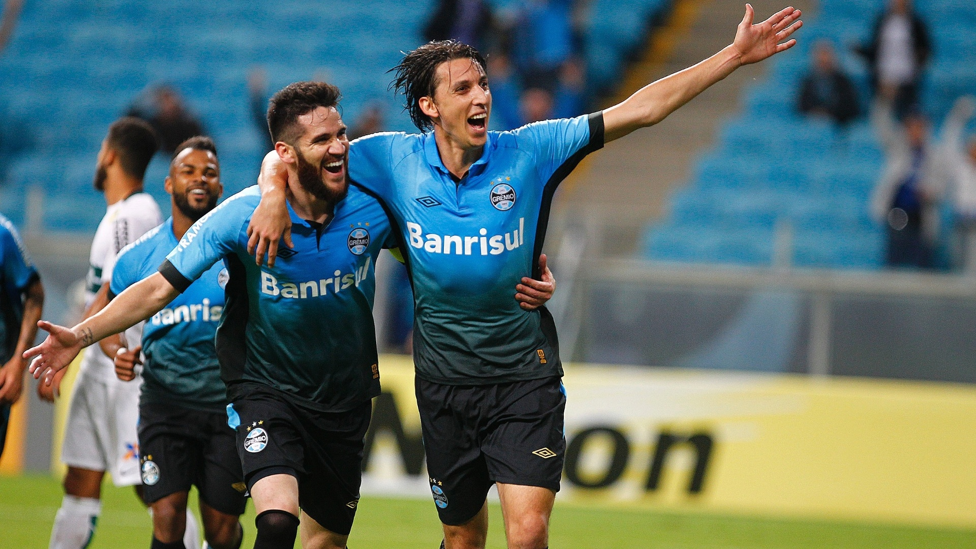 Geromel comemora com Marcelo Oliveira após abrir o placar para o Grêmio