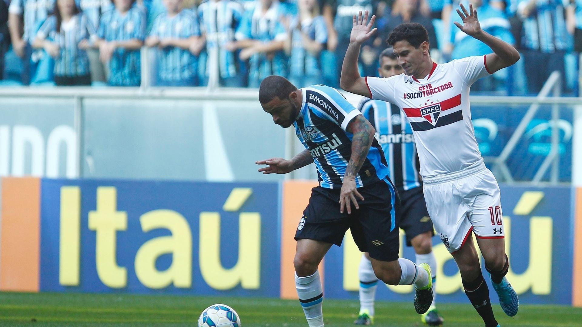 Ganso evita fazer a falta durante a partida entre Grêmio e São Paulo