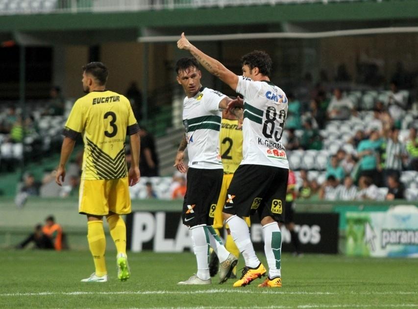 Kleber comemora gol marcado pelo Coritiba contra o Cascavel