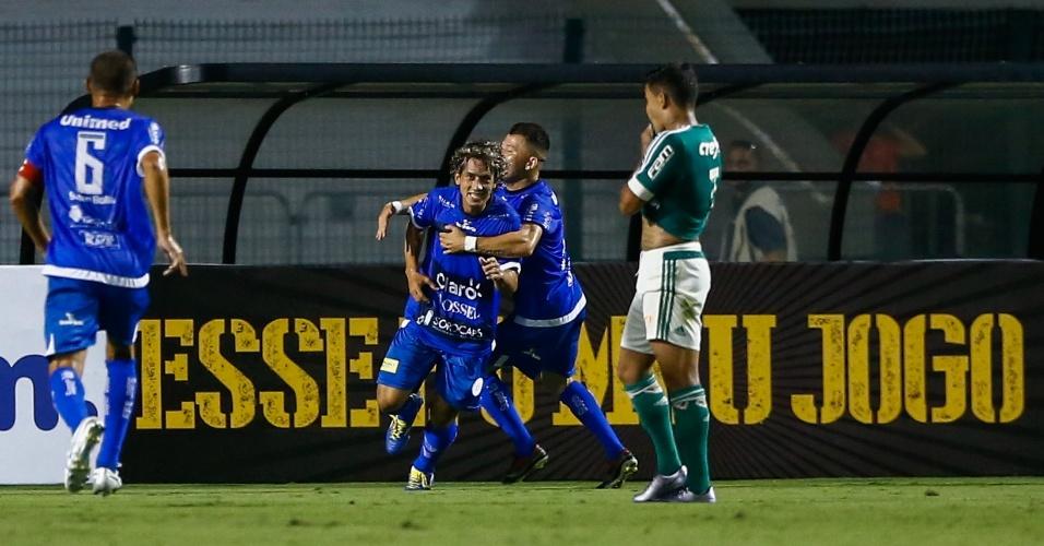 Jogadores do São Bento comemoram gol contra o Palmeiras e palmeirenses apenas observam