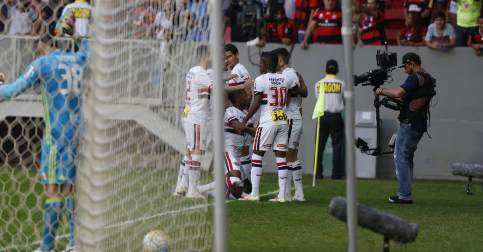 Jogadores do São Paulo comemoram gol de Calleri, marcado contra o Flamengo