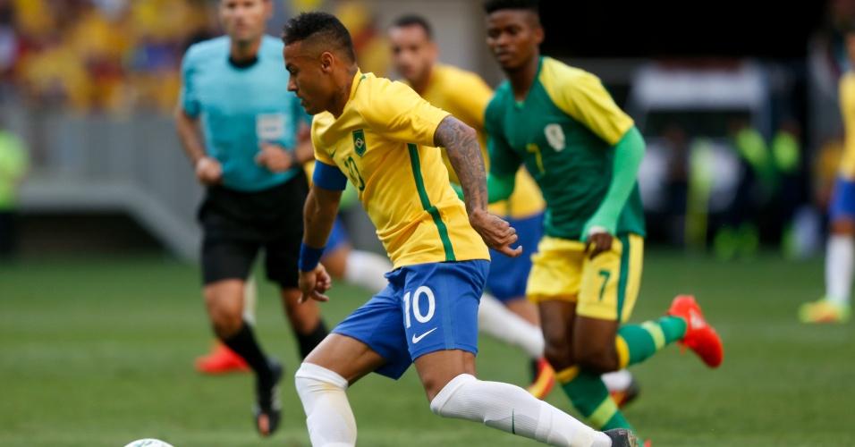 Neymar carrega a bola na estreia da seleção brasileira na Olimpíada