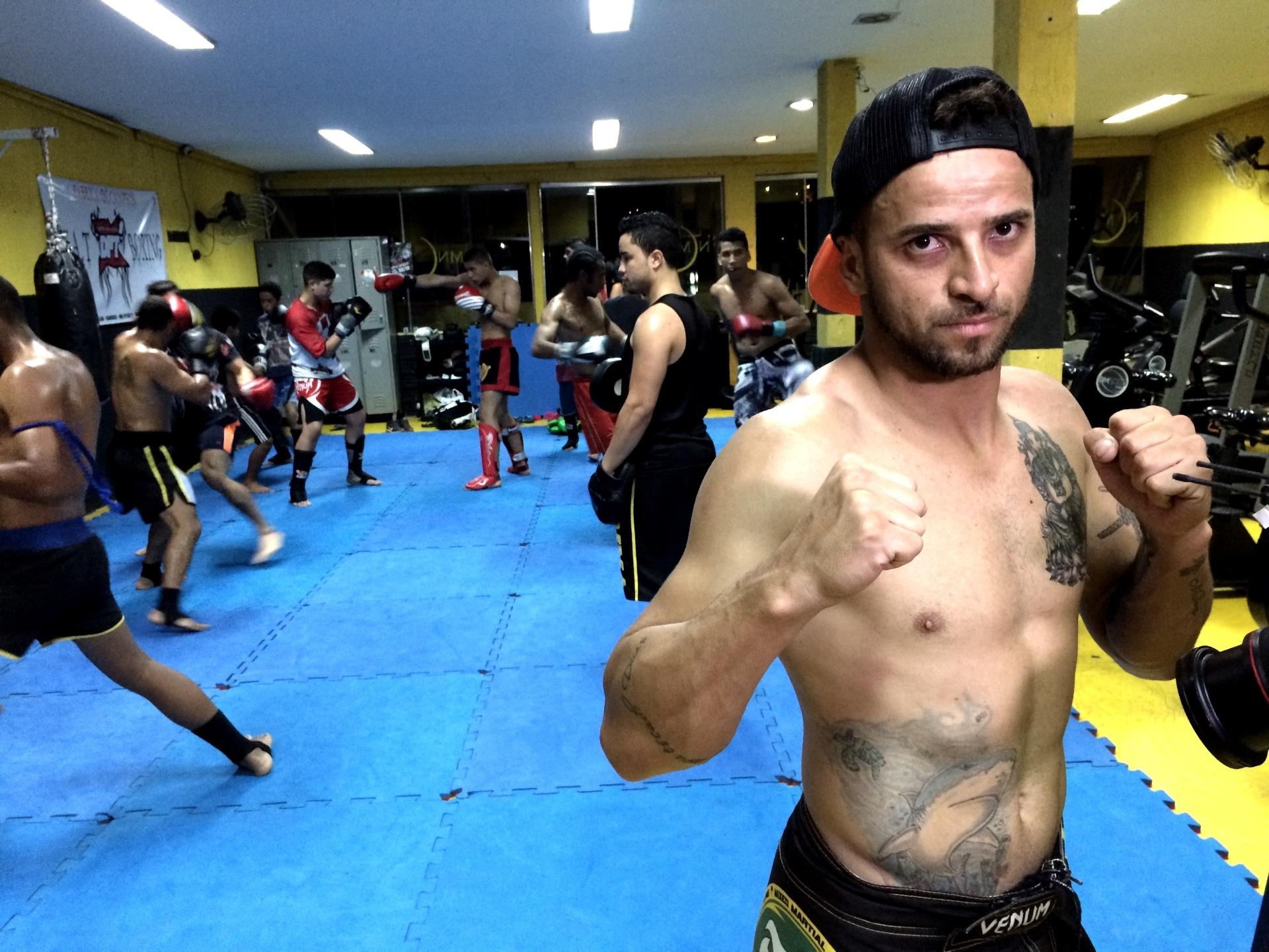 Thiago Tubarão treina em sua academia com equipamento improvisado em São Paulo