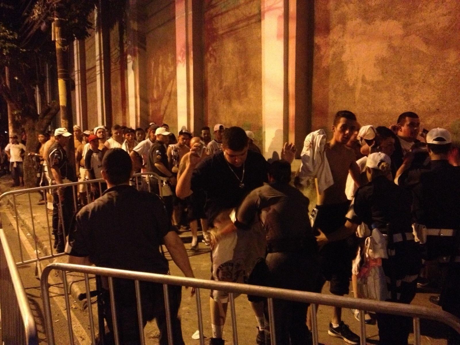 Torcedores do Corinthians são revistados pela PM carioca na entrada de São Januário
