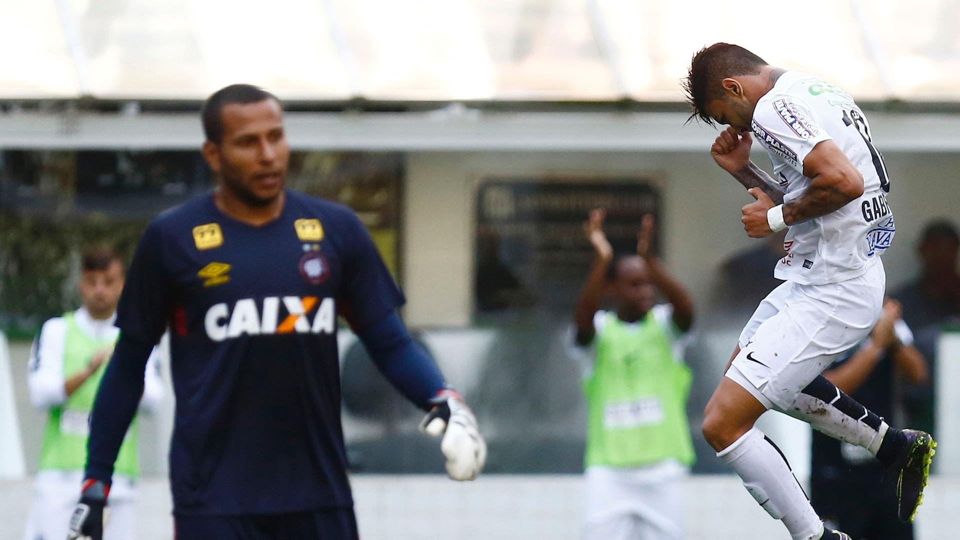 Gabigol comemora gol do Santos na goleada sobre o Atlético-PR