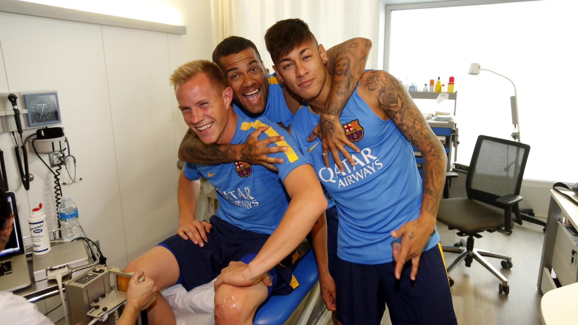Andre ter Stegen (e), Dani Alves e Neymar fazem exames médicos na reapresentação ao Barcelona