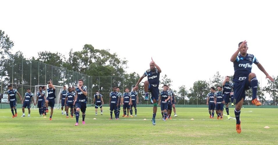 Jogadores do Palmeiras em ação durante treino físico em Itu