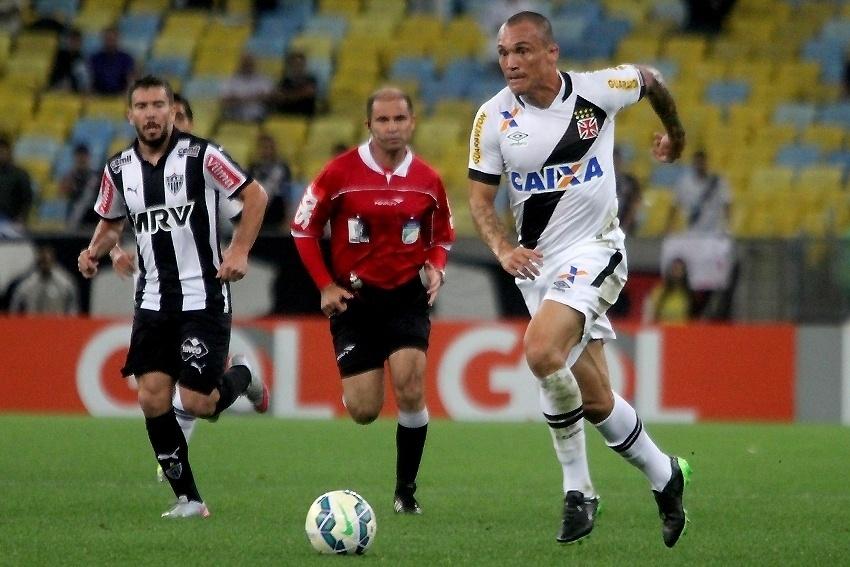 Leandrão (dir.) carrega a bola para o Vasco, em partida contra o Atlético-MG neste sábado (5), pela Série A do Campeonato Brasileiro
