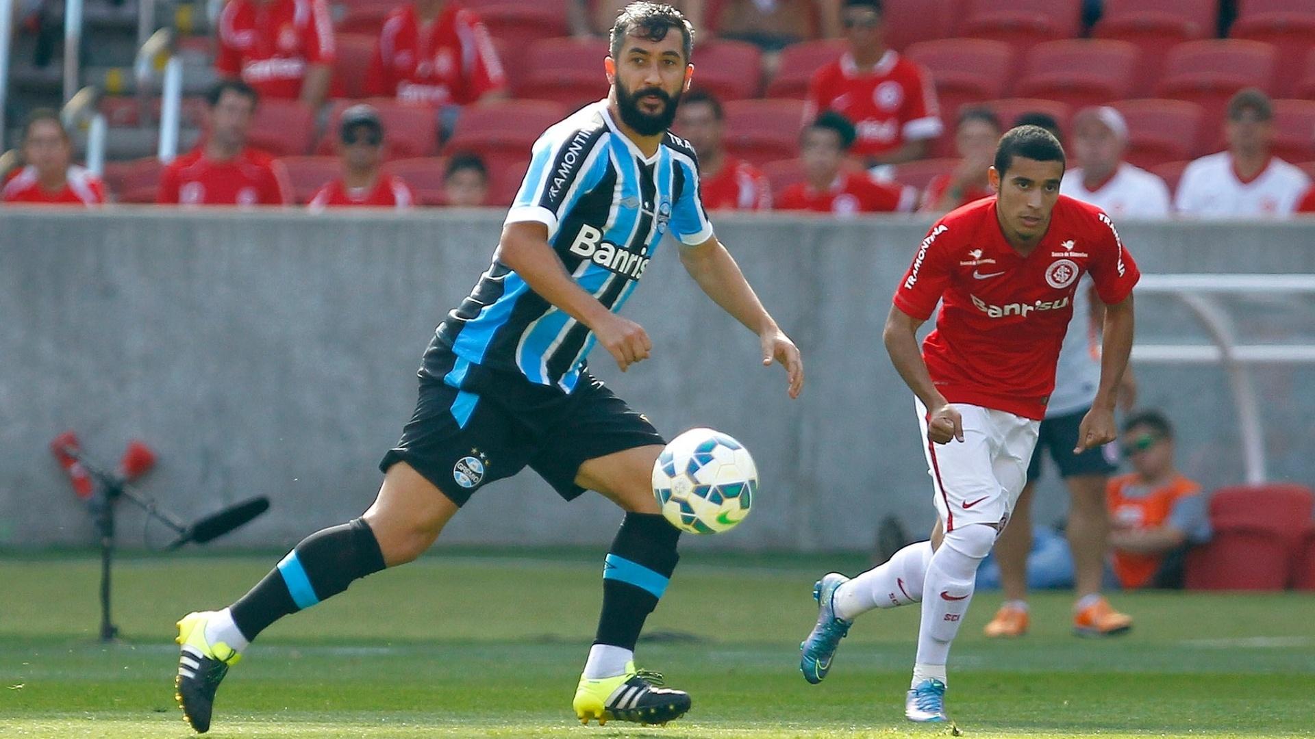 Douglas tenta fazer a jogada para o Grêmio contra o Internacional, no Campeonato Brasileiro