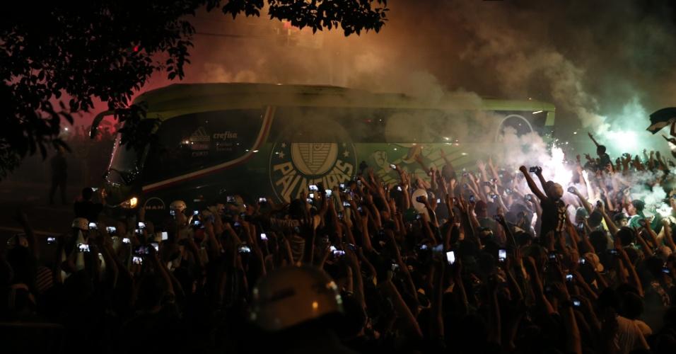 Ônibus do Palmeiras chega ao estádio acompanhado da torcida