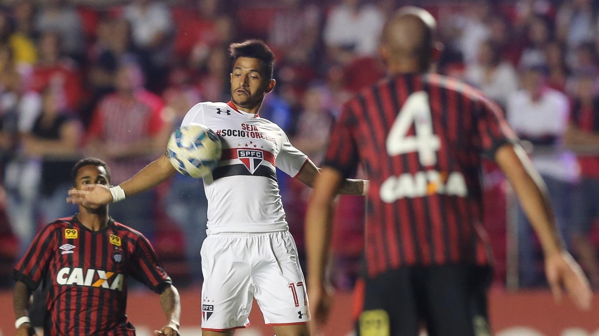 Rogério domina a bola durante o confronto entre São Paulo e Atlético-PR, válido pelo Brasileirão