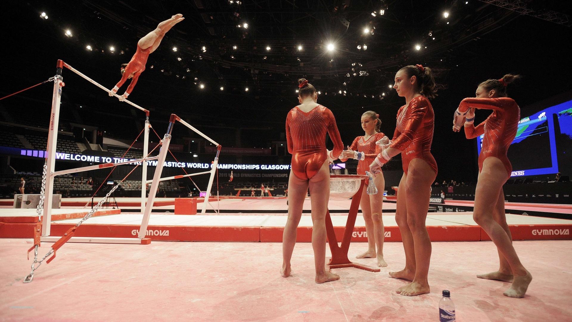 Equipe da França se reveza nas barras assimétricas