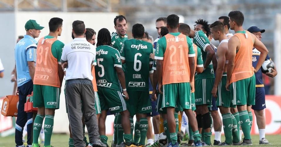 Jogadores do Palmeiras se reúnem no centro do campo depois da quarta derrota seguida