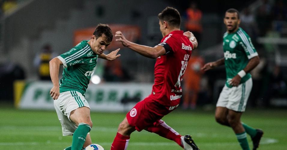 Lucas e Alex dividem a bola no confronto entre Palmeiras e Internacional pela Copa do Brasil