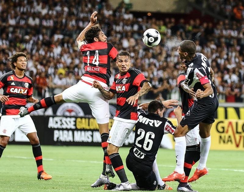 Disputa de bola no jogo entre Atlético-MG e Flamengo, pela Primeira Liga