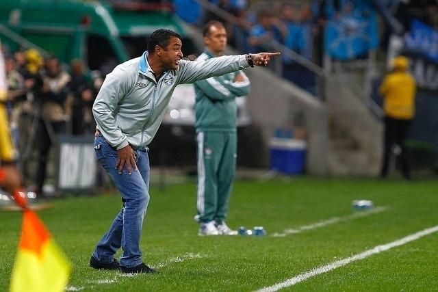 Roger orienta o time do Grêmio na Arena