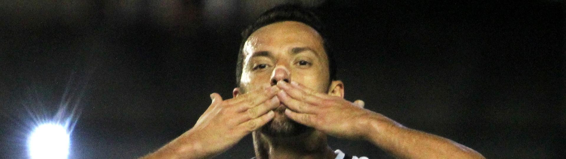 Nenê comemora o primeiro gol do Vasco contra o Brasil de Pelotas