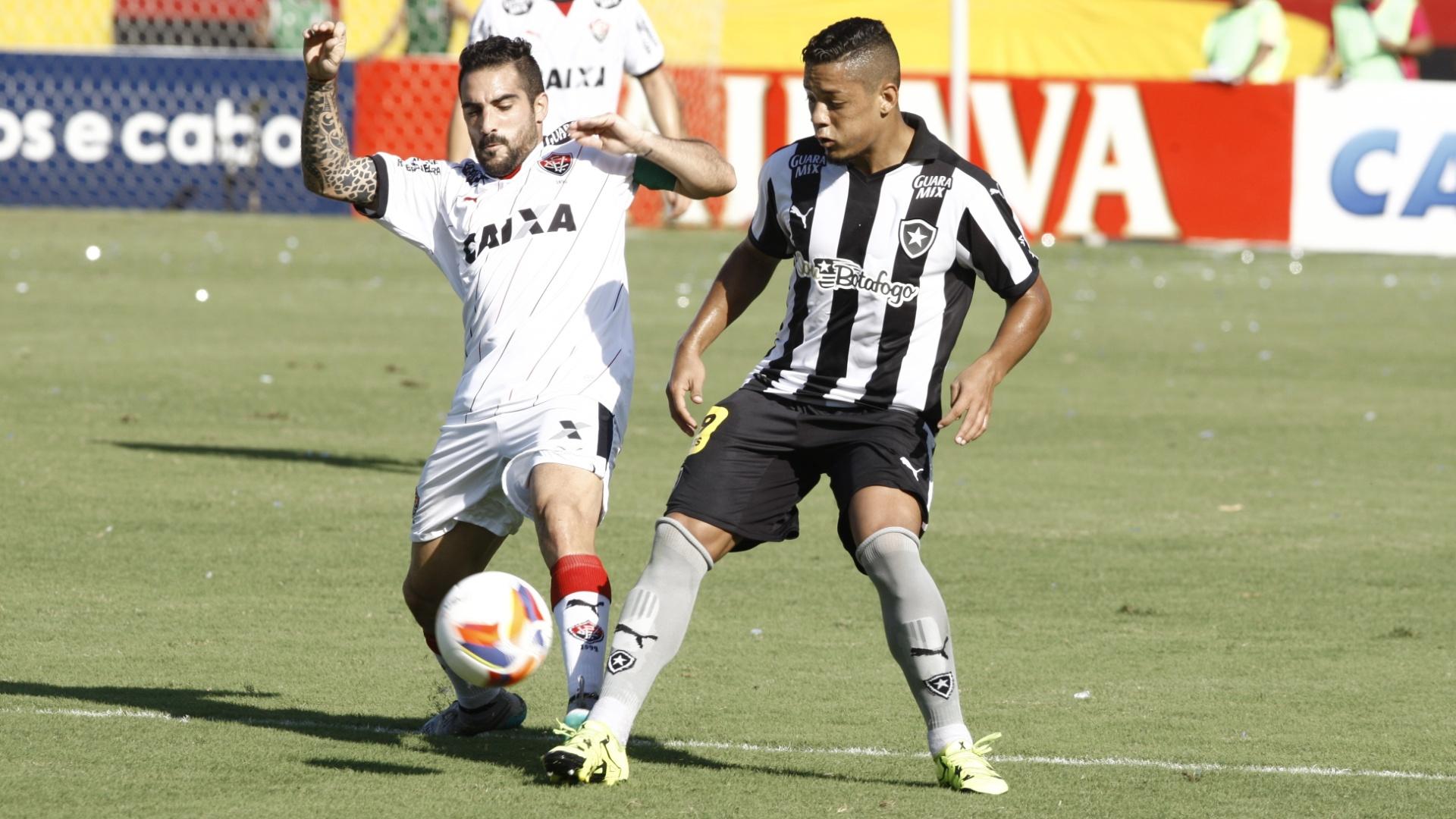 Escudero (esq.), do Vitória, disputa bola com Tomas, do Botafogo, em partida neste sábado (5), pela Série B do Campeonato Brasileiro