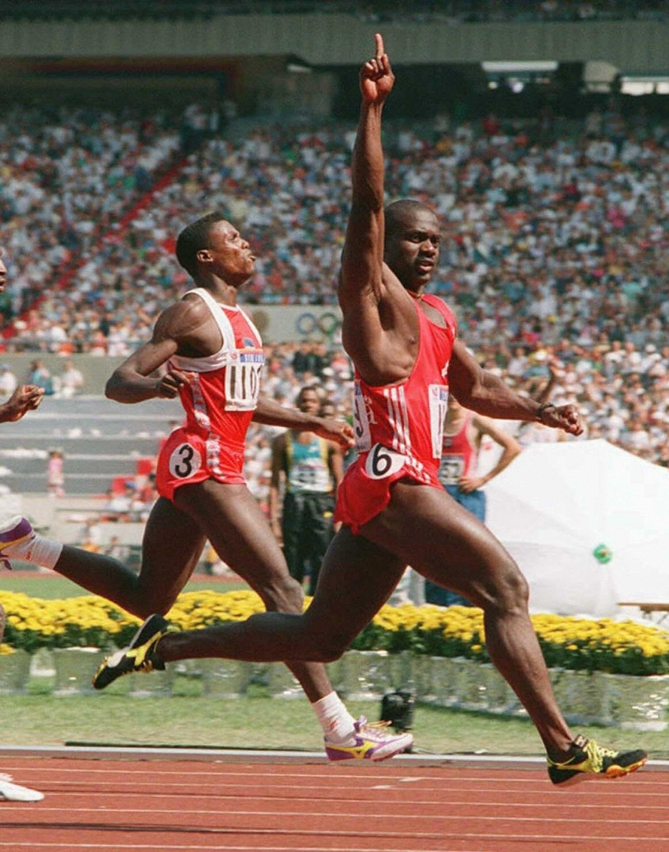 24.09.1988 - Ben Johnson (d) comemora ao vencer a final dos 100 m rasos na Olimpíada de Seul-1988. Ele caiu no antidoping, e o ouro foi para o segundo colocado, Carl Lewis (e)
