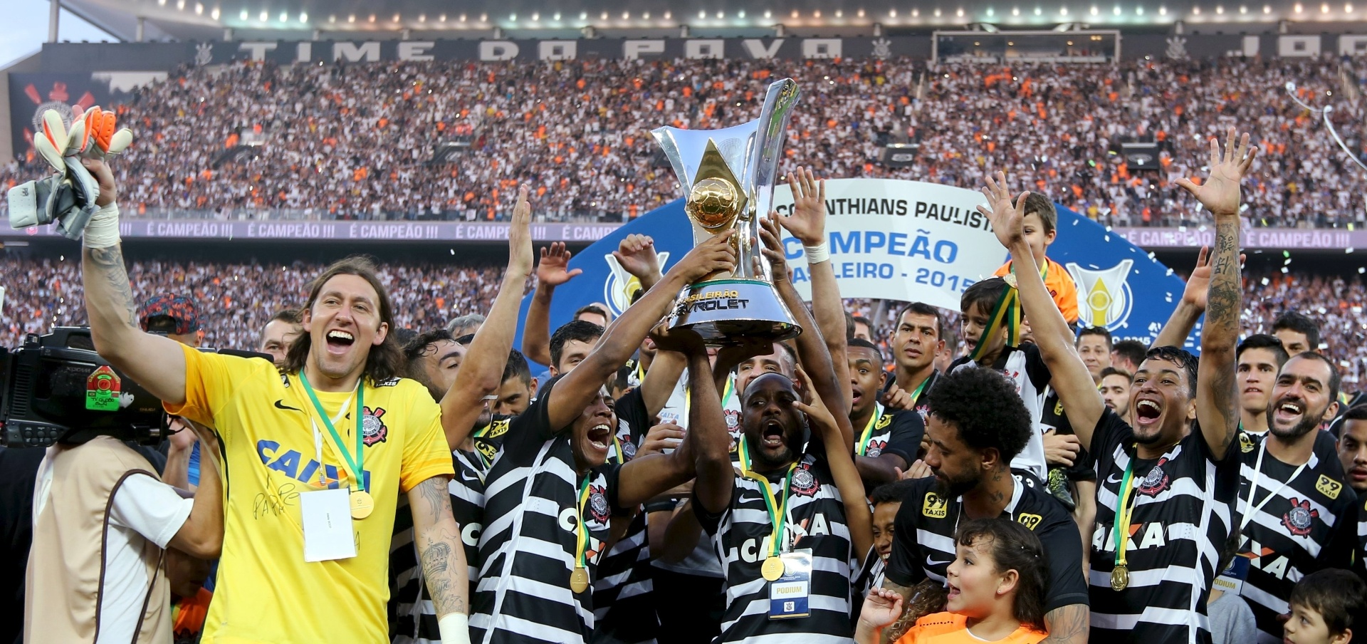Corinthians levanta taça do Campeonato Brasileiro após golear o São Paulo