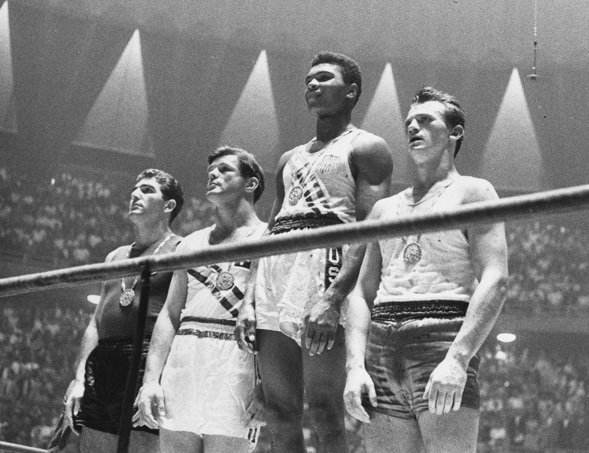 Cassius Clay, que mais tarde trocaria de nome para Muhammad Ali, sobe ao lugar mais alto do pódio no boxe da Olimpíada de Roma-1960