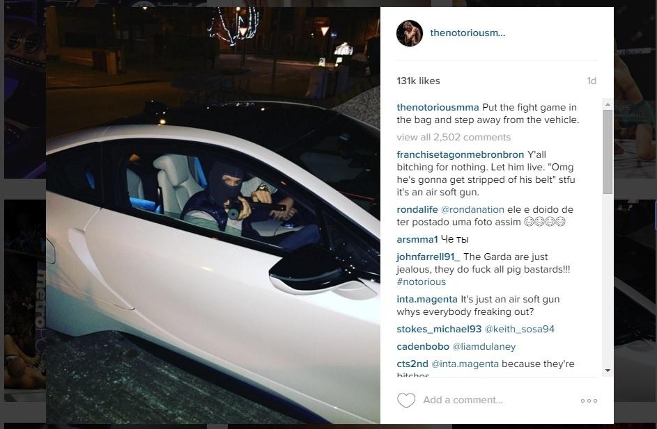 Conor McGregor posta foto com arma nas redes sociais