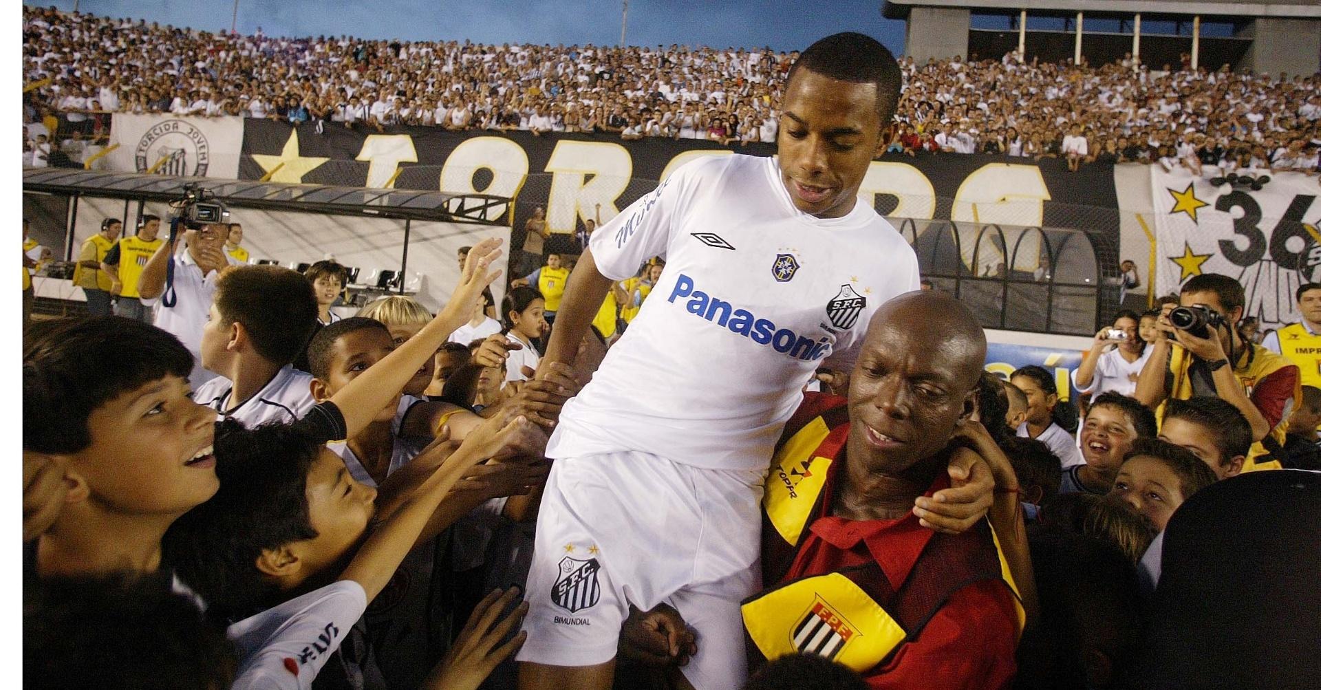 Robinho é ovacionado pelos torcedores em sua primeira despedida do Santos, em 2005