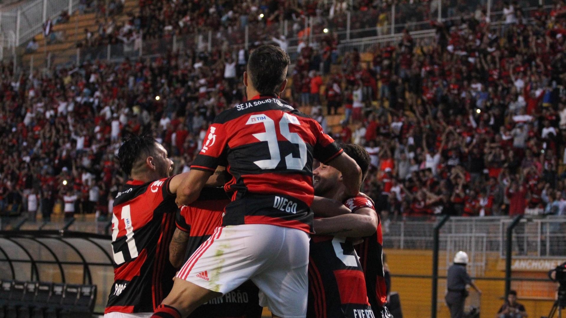 Os jogadores do Flamengo comemoram a vitória sobre o Santa Cruz no Pacaembu