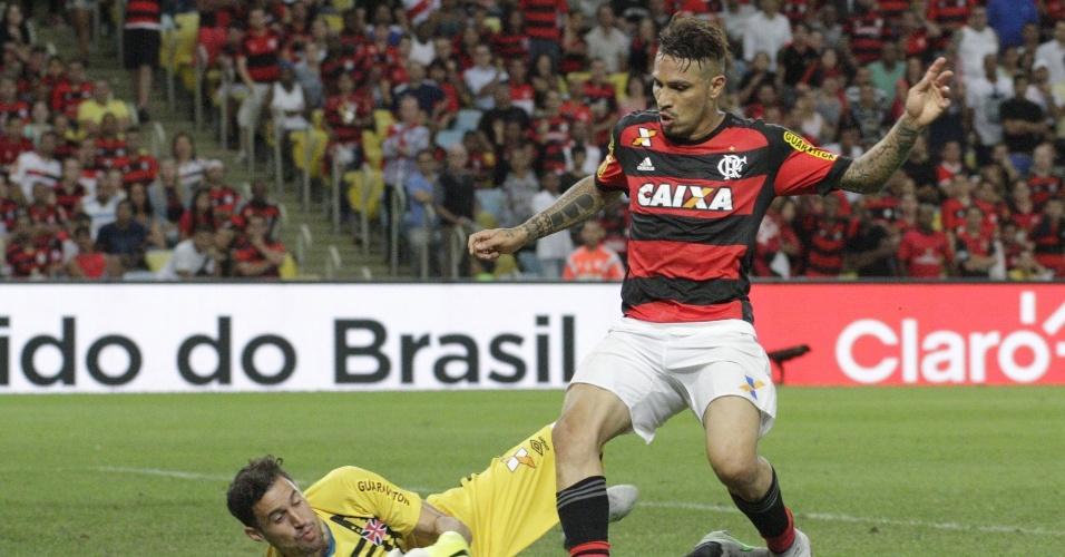 Paolo Guerrero esbarrou na defesa do Vasco e perdeu gol feito no Maracanã
