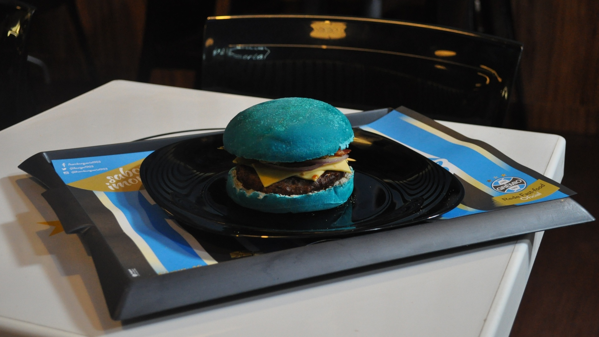 Celeste, o sanduíche com pão azul da Hamburgueria 1903, do Grêmio