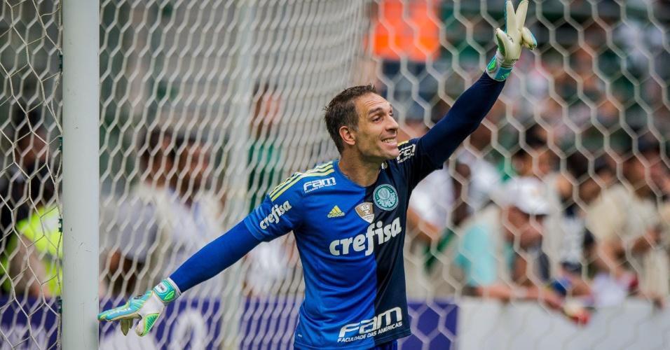 Fernando Prass sinaliza para a equipe do Palmeiras durante o clássico contra o Santos, no Paulista
