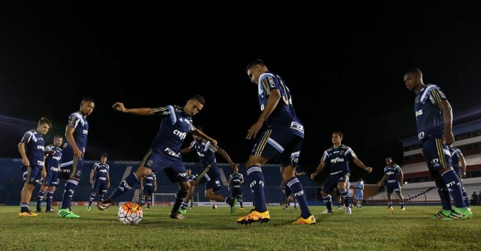 Jogadores do Palmeiras durante treinamento no Estádio Parque Central, em Montevidéu