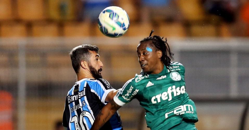 Douglas e Arouca disputam bola na partida entre Palmeiras e Grêmio pelo Campeonato Brasileiro