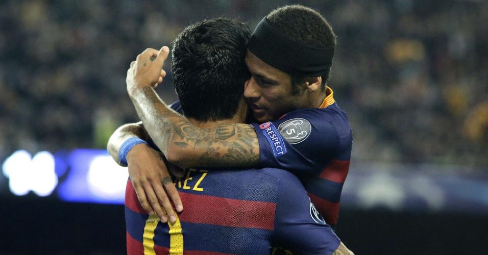 Neymar abraça Suárez para comemorar segundo gol do Barcelona, marcado pelo uruguaio, no jogo contra o BATE Borisov