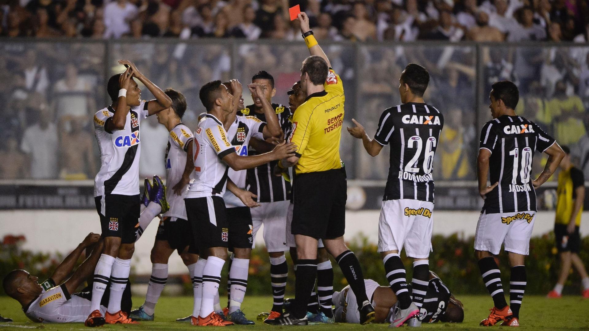 Árbitro expulsa o zagueiro Rodrigo após jogada perigosa