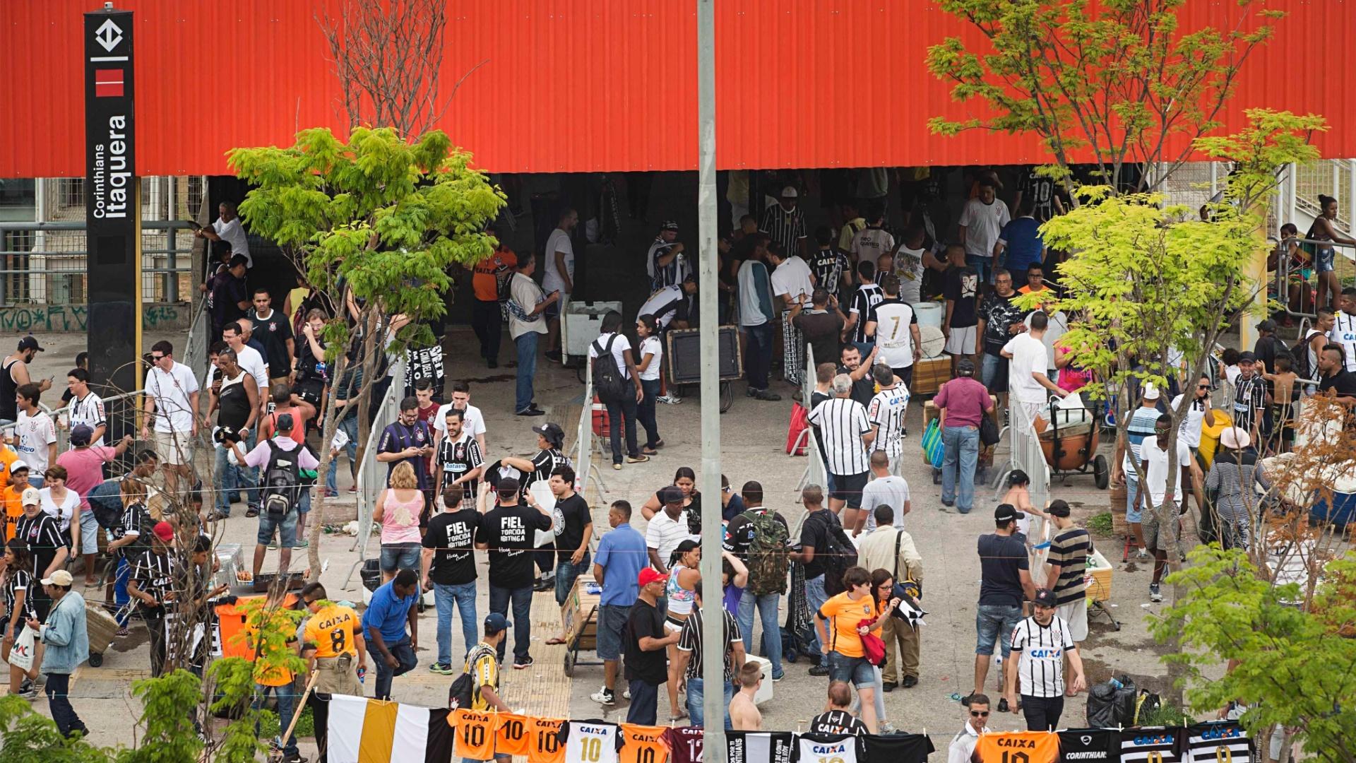 Torcedores do Corinthians começam a chegar à Arena para clássico contra o São Paulo no Campeonato Brasileiro