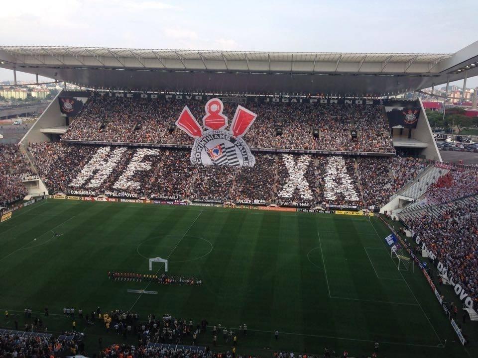 Torcida do Corinthians faz mosaico em comemoração ao título brasileiro no clássico contra o São Paulo
