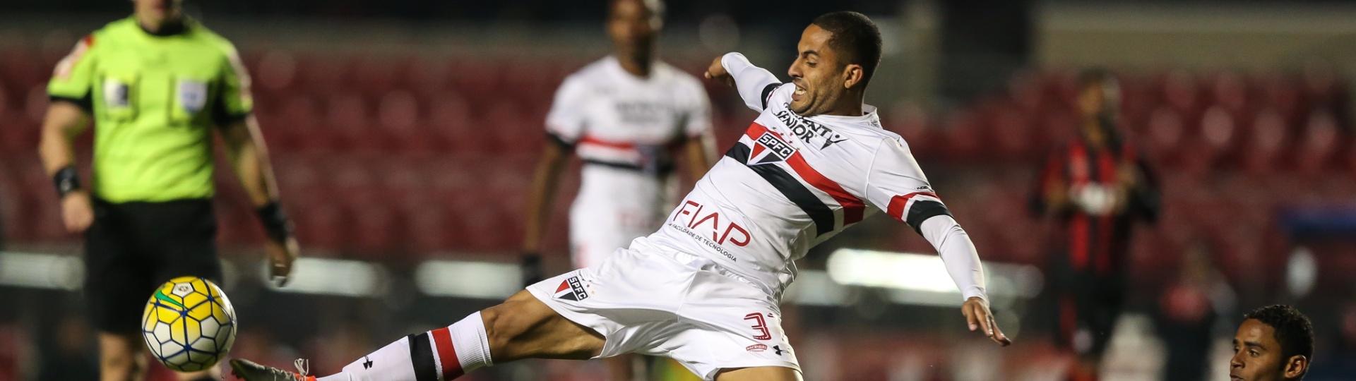 Ytalo tenta alcançar a bola na partida entre São Paulo e Atlético-PR pelo Campeonato Brasileiro