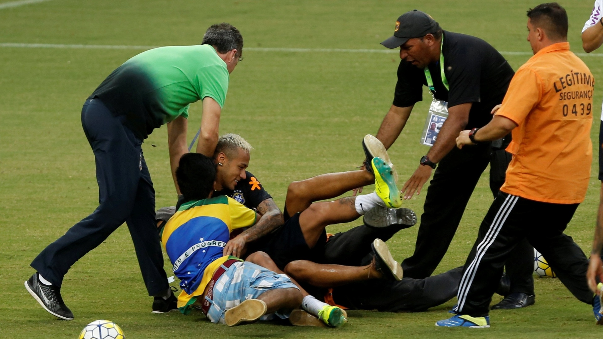 Neymar é derrubado durante invasão de torcedores em treinamento da seleção em Manaus