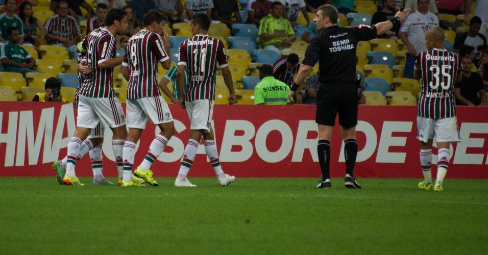 Jogadores do Fluminense comemoram após gol de Jean contra o Palmeiras, em confronto válido pelo Campeonato Brasileiro