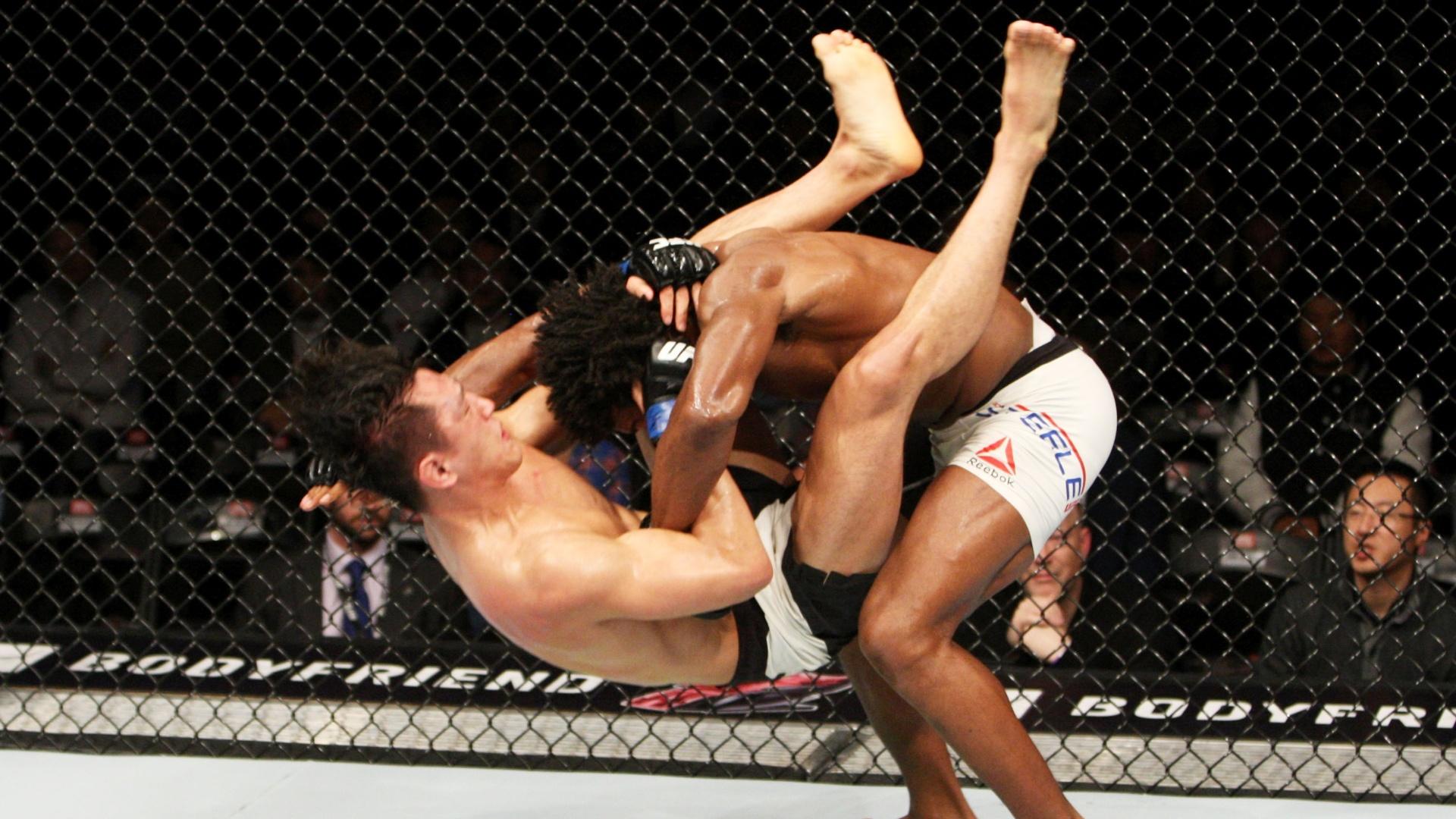 Dominic Steele aplica queda em Dong Hyun Kim e o sul-coreano é nocauteado pelo choque com o solo durante o UFC realizado em Seul