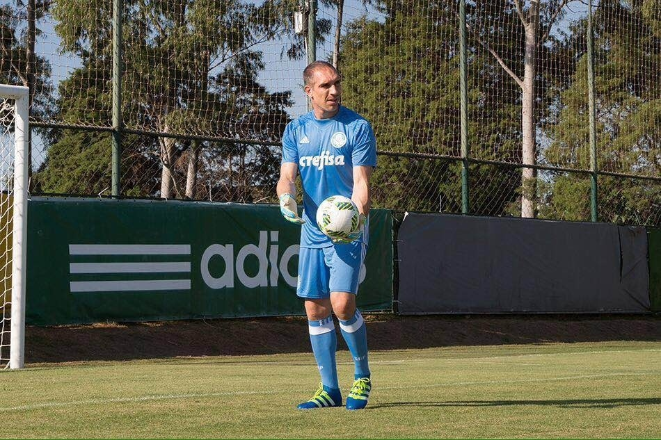 Fernando Prass com o novo uniforme de goleiro do Palmeiras