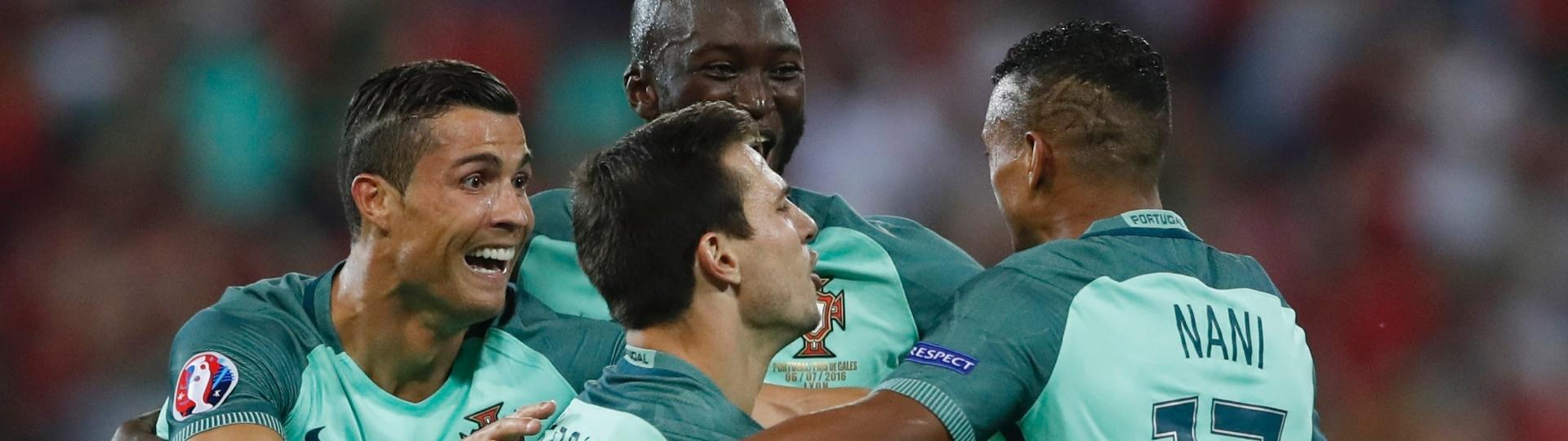 Jogadores de Portugal comemoram gol em jogo contra o País de Gales